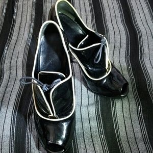 Gucci patent leather tie-up